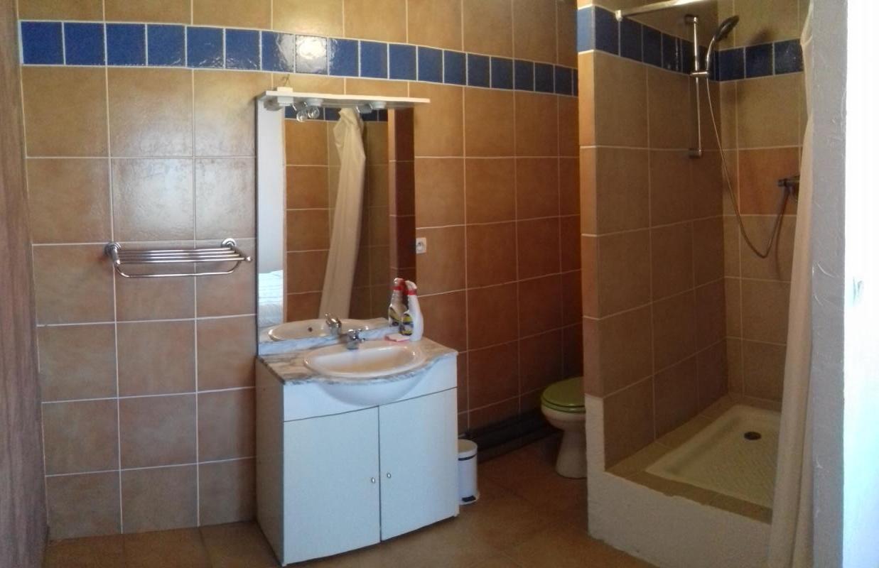 Salle de bain d'un des  appartements locatifs