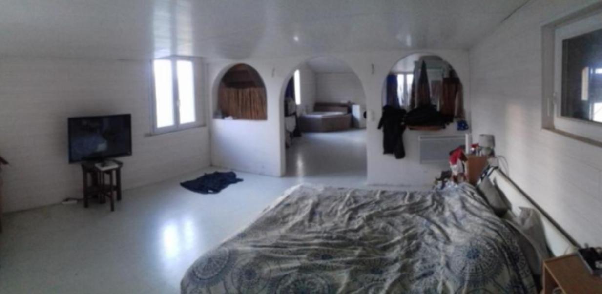 Chambre-salle de bain (jacuzzi) appartement propriétaire 1° étage.